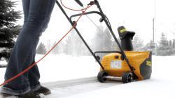 Какой снегоуборщик выбрать: бензиновый или электрический?