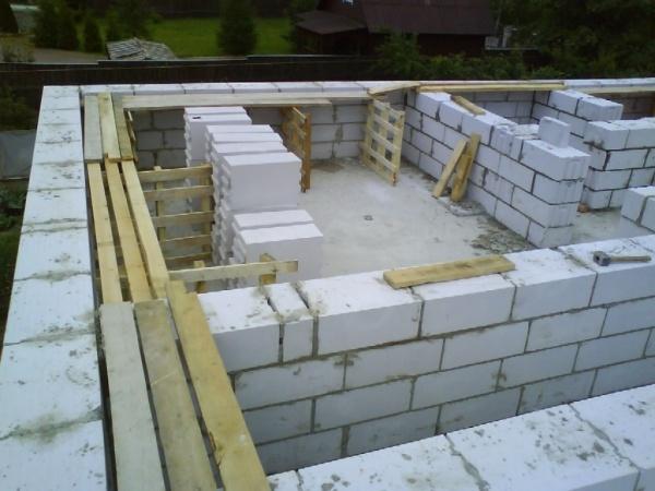 Преимущества и недостатки различных типов стен при строительстве домов